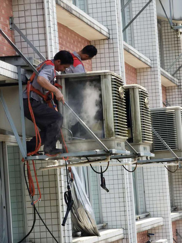 空调高空清洗雾化消毒现场