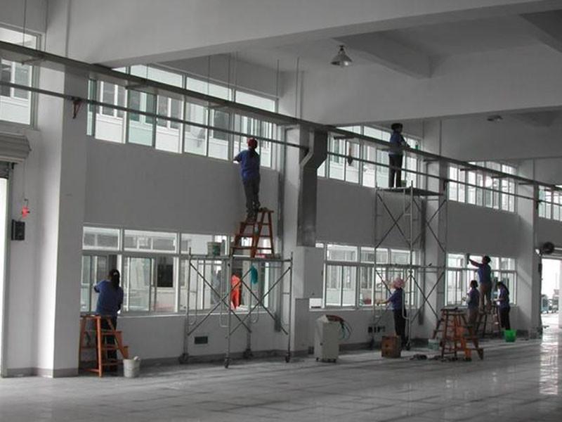 厂房保洁擦玻璃
