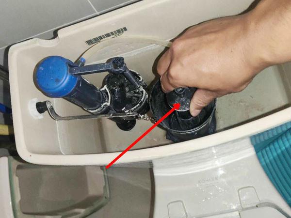 广州维修马桶底座漏水,拆开马桶检修漏水原因